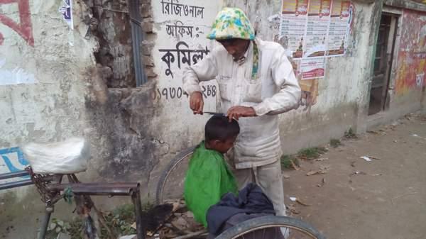 ভ্রাম্যমান সেলুনেই চলছে দেলোয়ারের জীবন সংগ্রাম