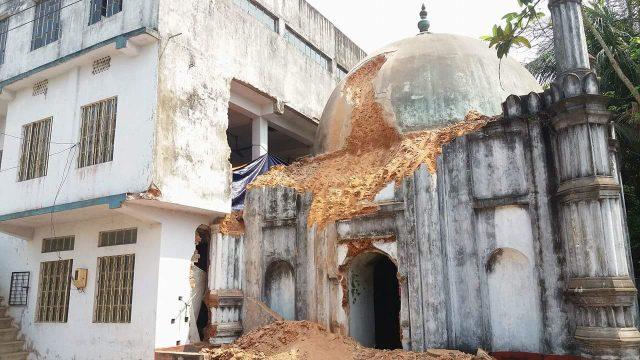 ভেঙ্গে ফেলা হচ্ছে লক্ষ্মীপুরের দুই শতাধিক বছরের ঐতিহাসিক মটকা মসজিদ