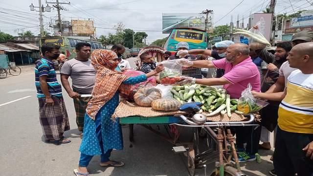 এবার রায়পুরে বিনামূল্যে কাঁচা তরকারি দিয়েছে যুবদল নেতা