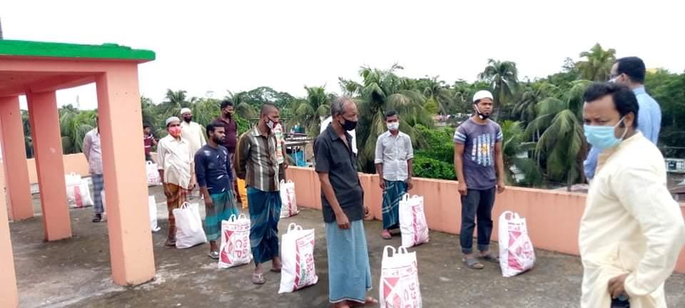 লক্ষ্মীপুরে পত্রিকা হকারদের রমজান সামগ্রী উপহার দিল পরিবেশবাদী সংগঠন 'সবুজ বাংলাদেশ'