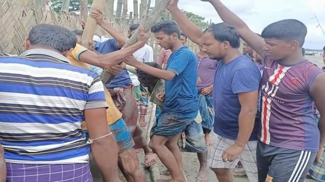 কমলনগরে ছাত্রলীগকর্মীদের নিয়ে জঙ্গলাবাঁধ নির্মাণ করা মানুষের পাশে রাকিব