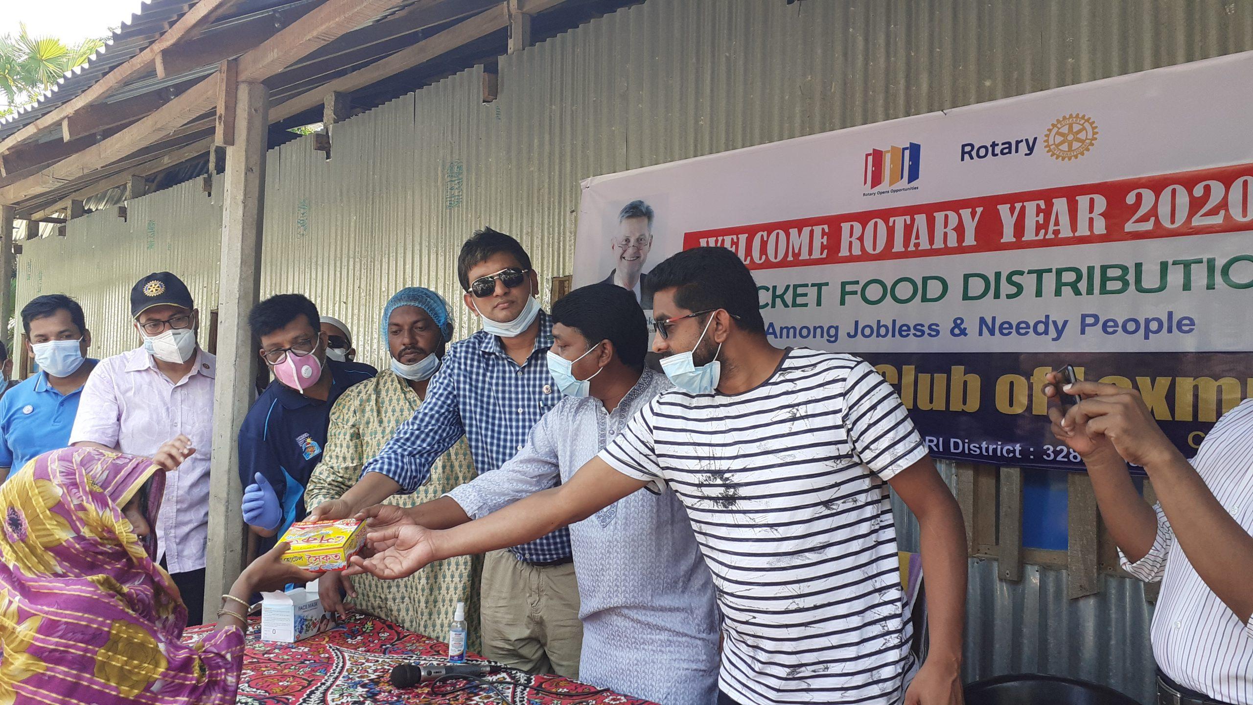 কমলনগরে নদীভাঙা ৪'শ মানুষকে একবেলা খাবার দিল রোটারি ক্লাব লক্ষ্মীপুর