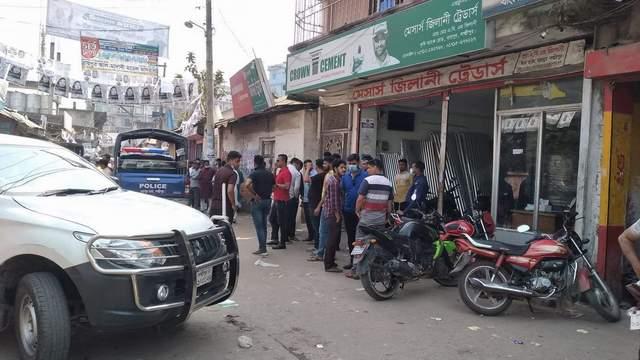 রায়পুর | বাসার সামনে 'ককটেল' বিস্ফোরণ, বিএনপির মেয়র প্রার্থীর তিনঘন্টা অবরুদ্ধ